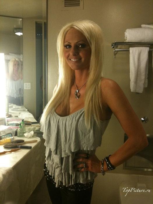 Блонда любит делать откровенные селфи в свободное время