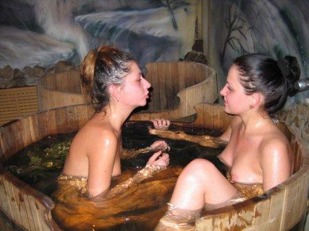 Голые подруги отдыхают в сауне