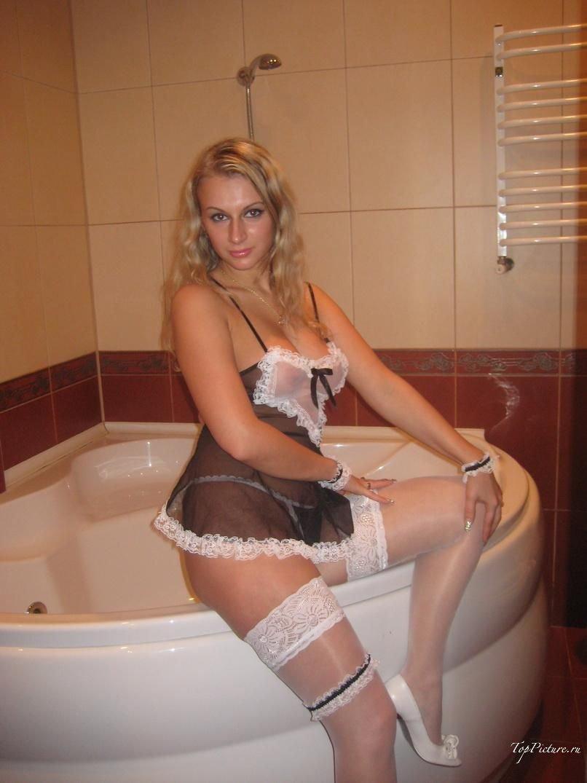 Хорошенькая чувиха в интимном белье фоткается у себя дома смотреть эротику