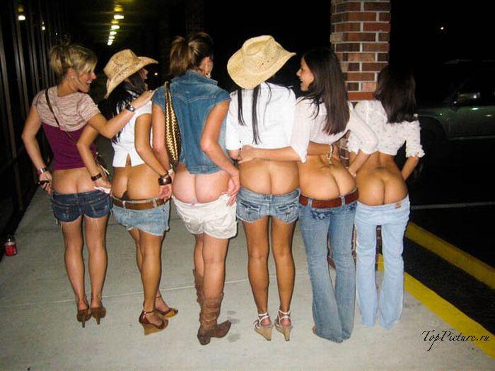 Пьяные подруги даже на улице могут засветить свой пердак