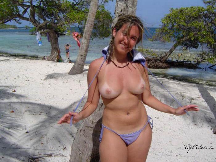 Девушки на пляже загорают топлес