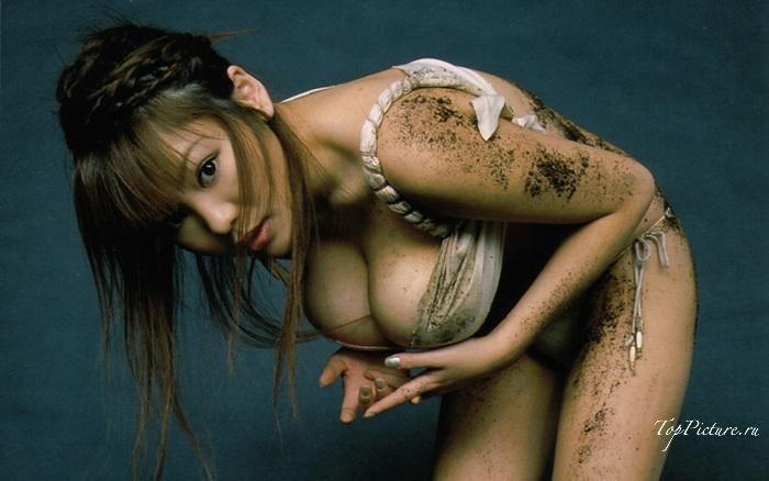 Потрясающие грешницы готовы показать голые прелести даже не дома