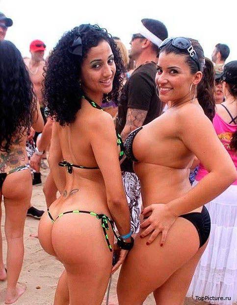 Соблазнительные девки в купальниках показывают свое тело в общественном месте