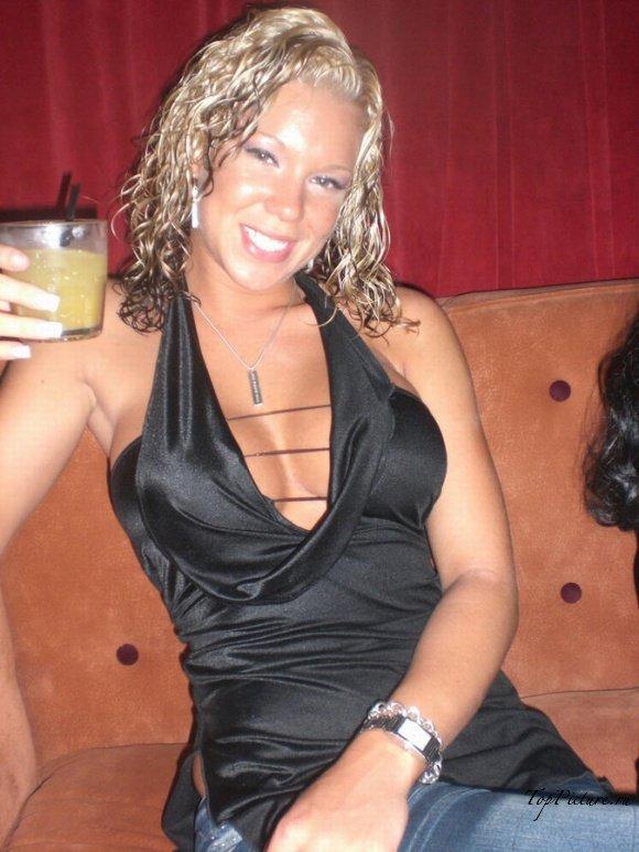 Соблазнительная девка светит обнаженными сиськами на кухне секс фото