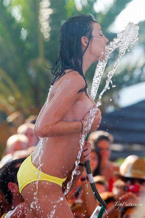 На конкурсе влажных футболок нимфоманка сняла трусы до бикини