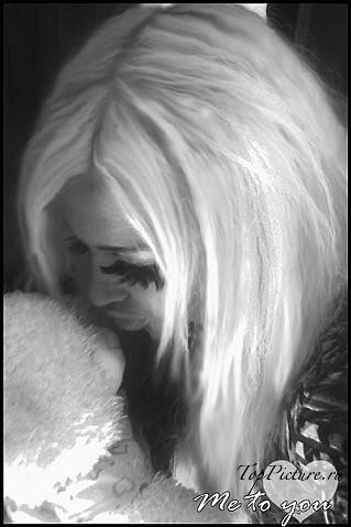 Крутая блондинка ведет себя как вертихвостка