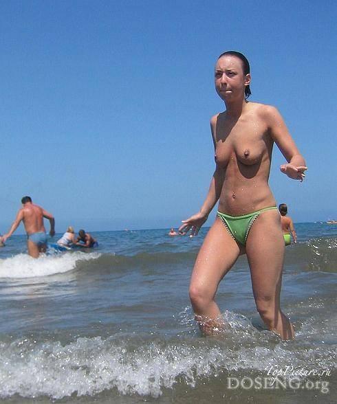 Шалуньи отдыхают без одежды на берегу моря
