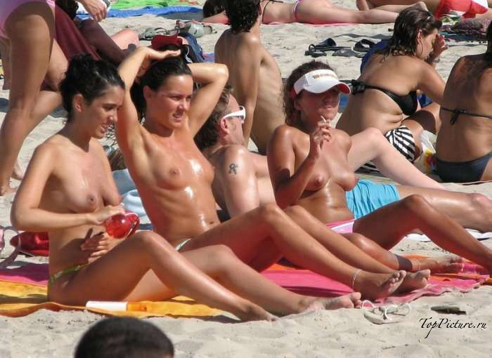 Давалки не стесняются появляться на берегу моря без трусиков