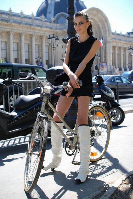 Соблазнительные сестры любят кататься на велосипедах