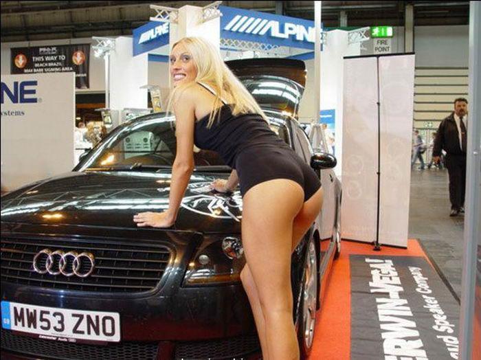Нежные тёлки красуются в купальниках на автомобильной выставке