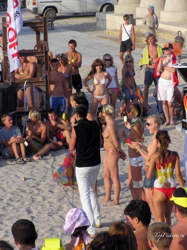 Барышни отдыхают у моря без одежды