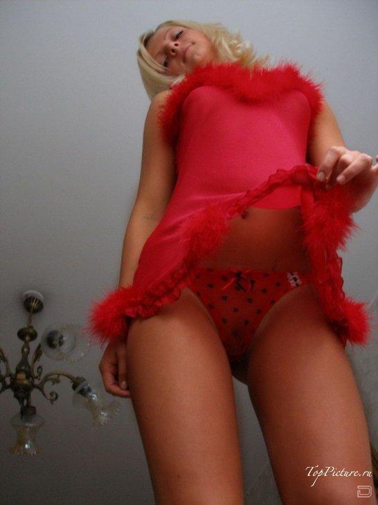 Светлая порно звезда фоткается на кушетке в красном белье