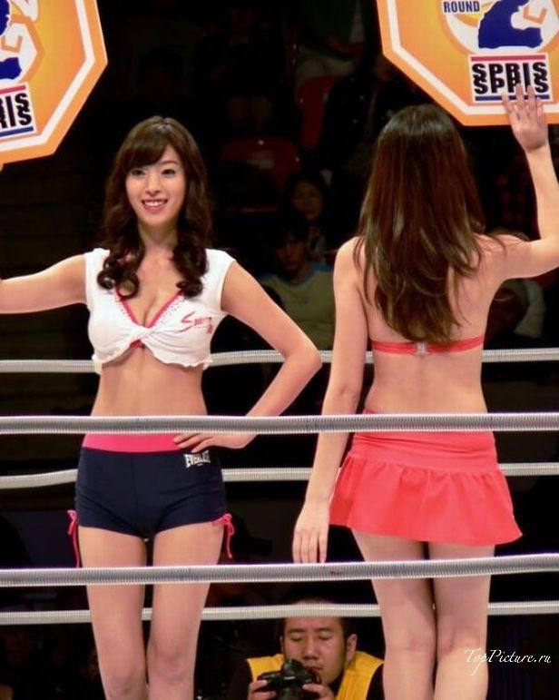 Сексапильные девки выносят на ринг таблички с цифрами