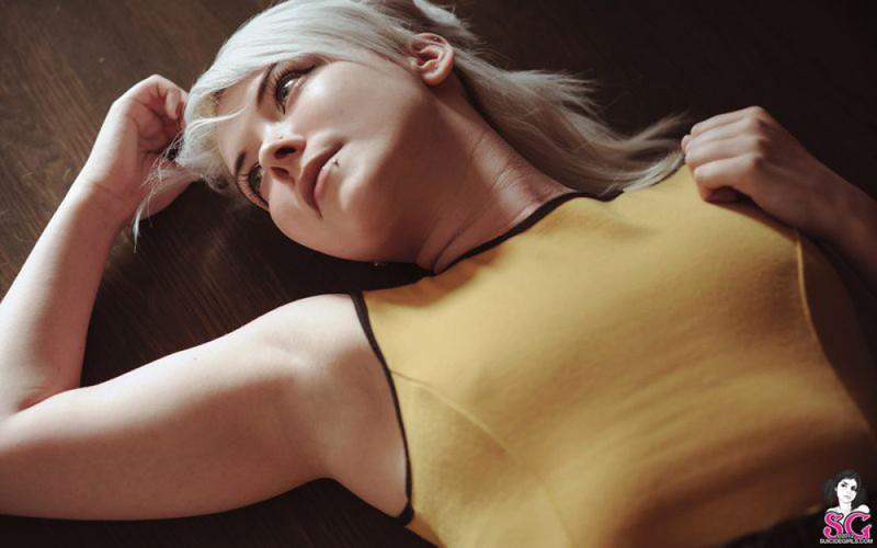 Раскрепощенная блондиночка позирует на лестнице