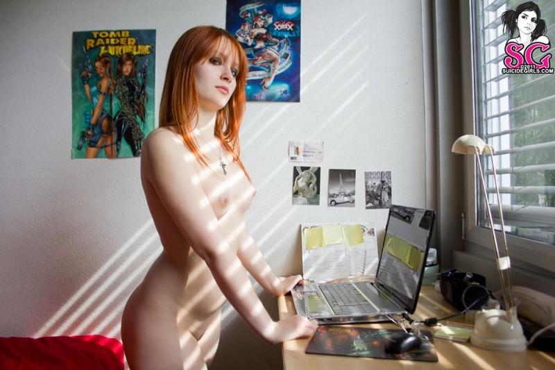 Рыжая дизайнер оголилась в своей комнате во время перерыва