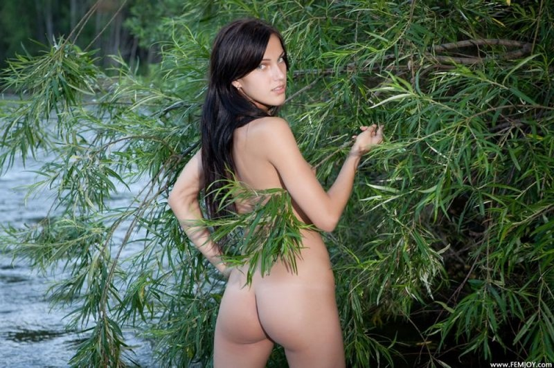 Откровенная фея засветила прелести на природе