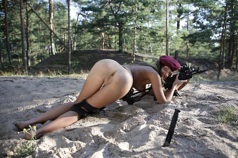 Голая солдатка тренируется в лесу с автоматом