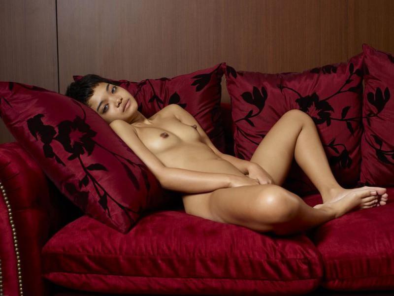 Страшненькая вьетнамка без нижнего белья разлеглась на красном диване