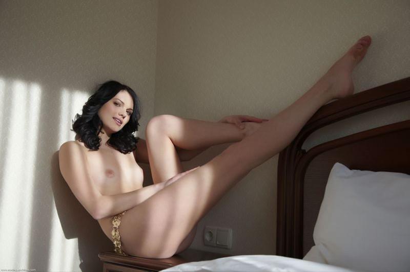 Роскошная принцесса светит прелестями на кровати