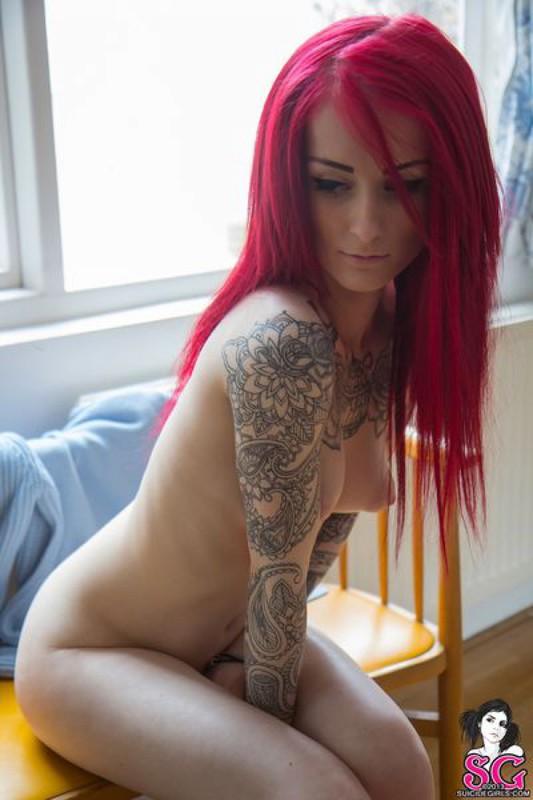 Красноволосая девка скинула одежду около окна