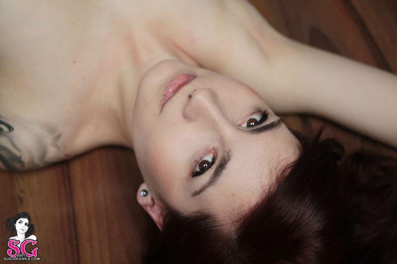Татуированная баба без одежды лежит на полу