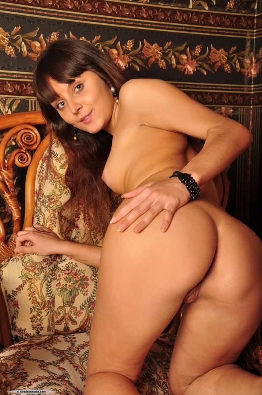 Раздетая мадам снимается на шикарном кресле