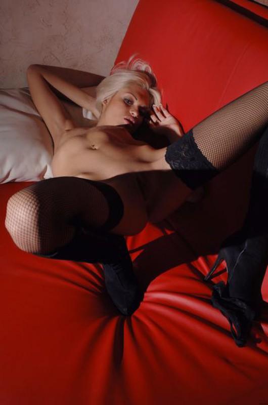 Возбужденная светлая порно звезда дрочит на красном софе