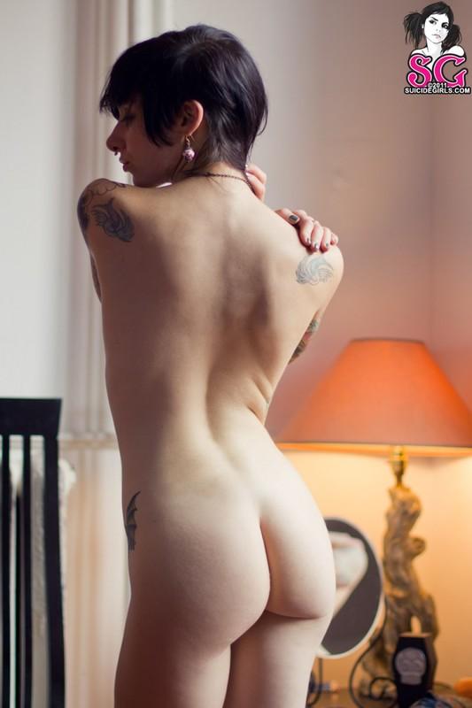 Татуированная гадалка сбросила с себя стринги в комнате смотреть эротику