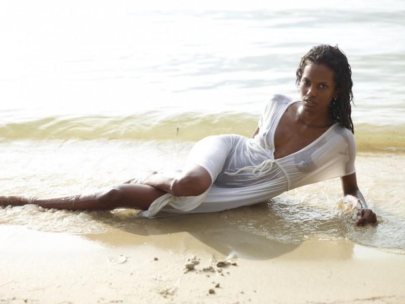 Африканка искупалась в море в светлом одеянии