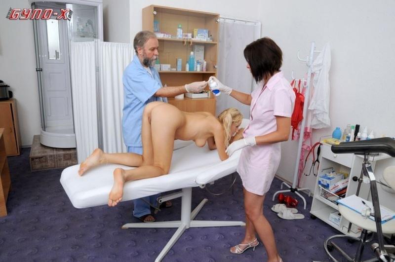 Водвадцатилетняя милашка расставила ноги на приеме у гинеколога