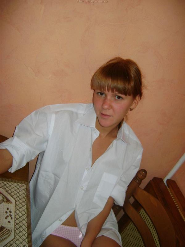 Молодая искусница позирует дома в красивом белье