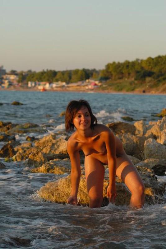 Голая цыпочка пришла к морю на закате
