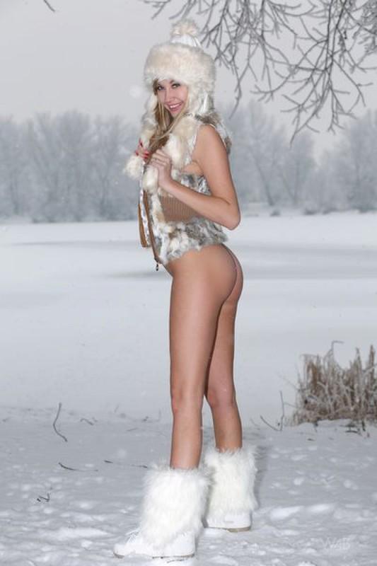 Снегурочка блистает раздетую писю на снегу