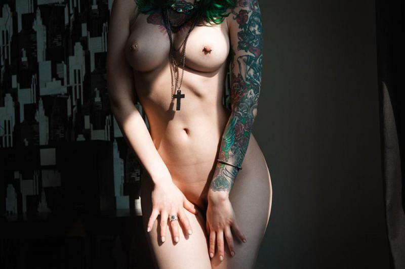 Проститутка с зелеными волосами сняла трусы в домашних условиях
