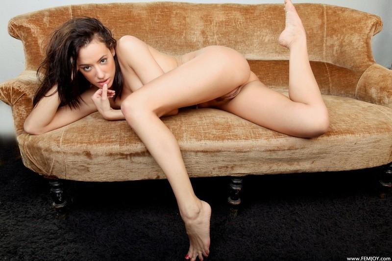 Голая сучка позирует на диване