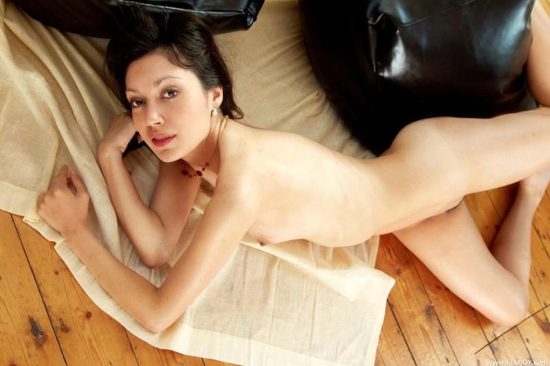 Нагая проститутка проветривает писю на черных пуфиках