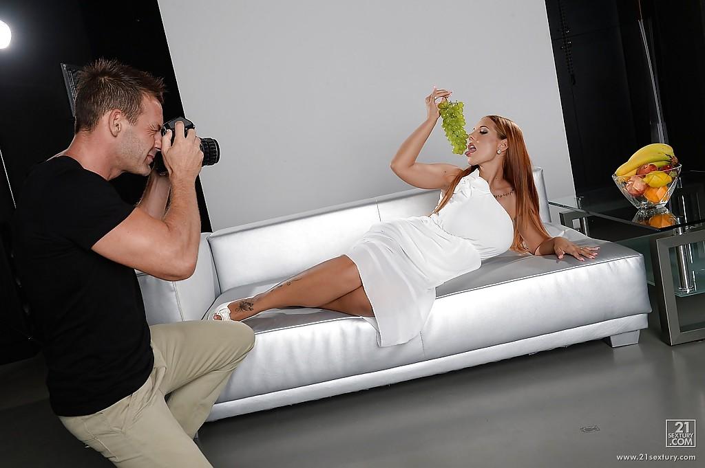 Пышногрудая актриса Kyra Hot позирует для фотографа с виноградом