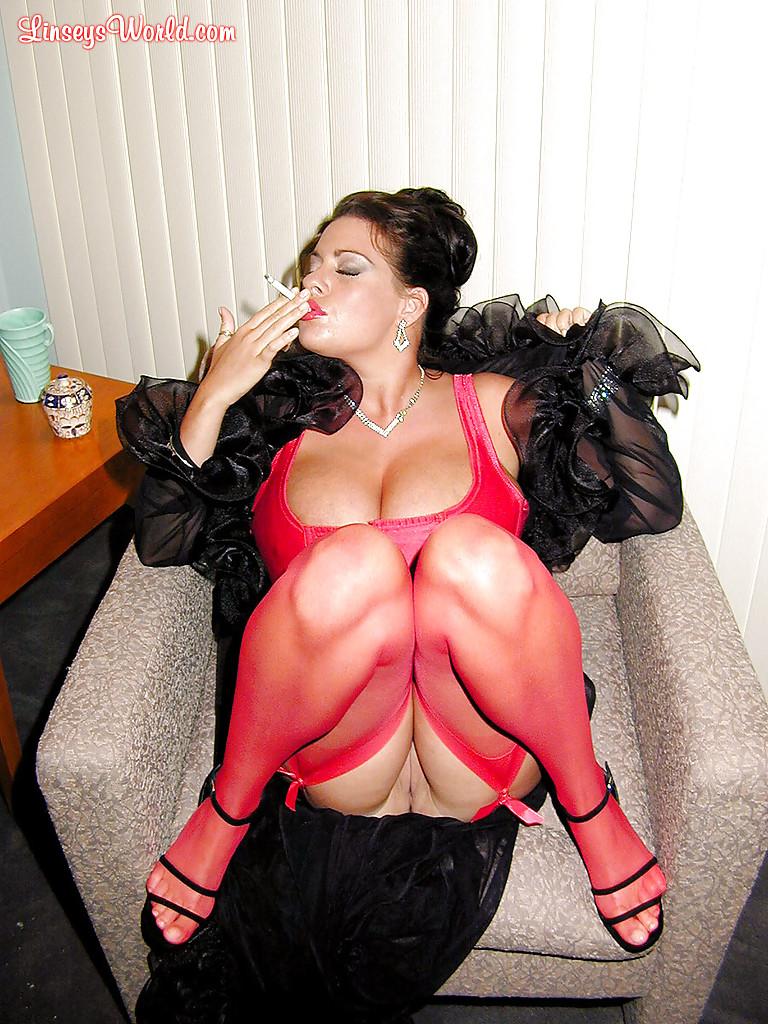 Милфа Linsey Dawn McKenzie курит в красивом белье