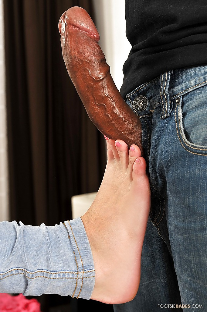 Фетишистка Amirah Adara мастурбирует негру ножками секс фото