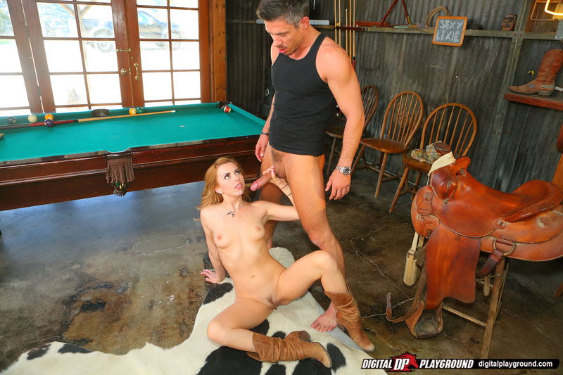 Ковбойша занимается сексом на бильярдном столе в шляпе и сапогах