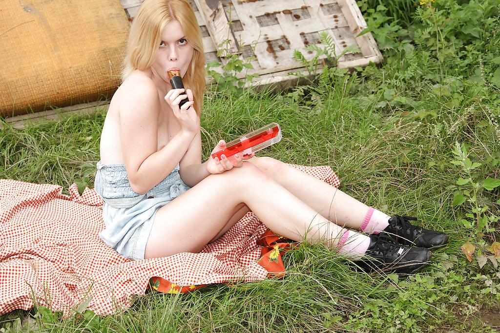 Блондиночка онанирует секс-игрушкой на пикнике