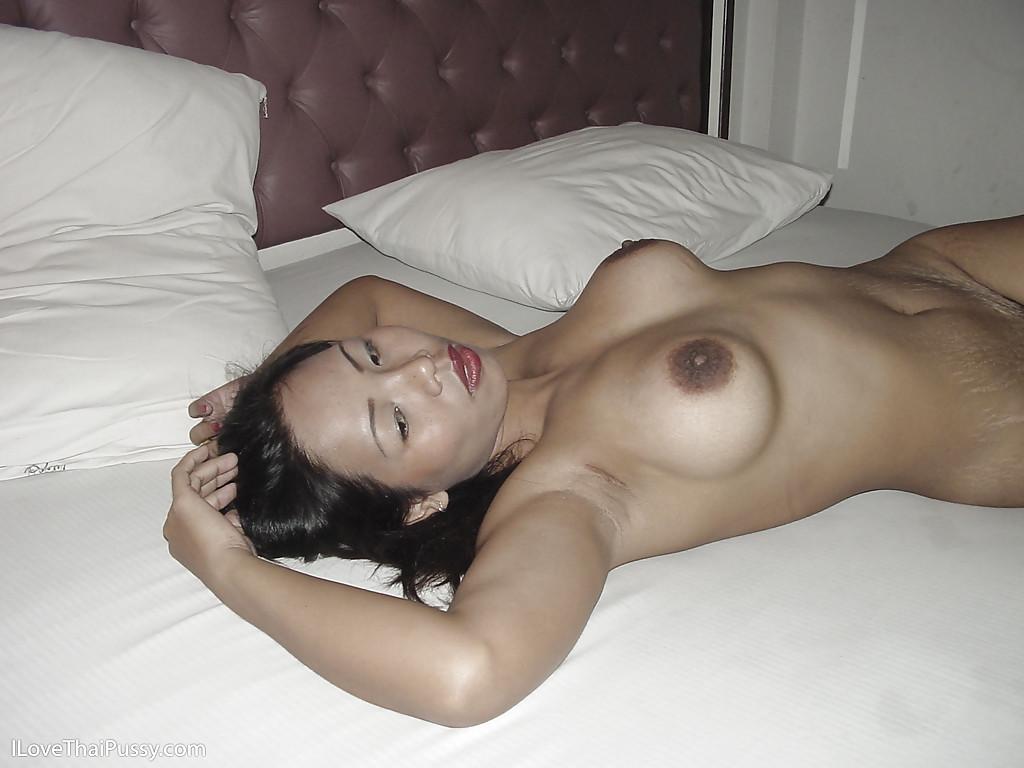 Азиатка занялась самоудовлетворением в постели