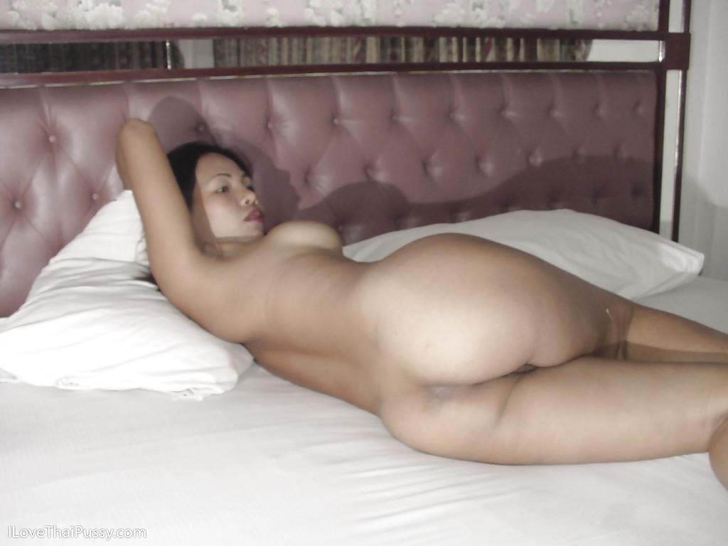 Азиатка занялась мастурбацией в спальне
