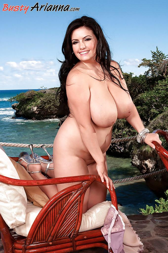 Пышка с большими буферами снимает лифчик на морском курорте