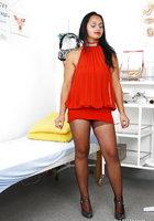 Леди в гинекологическом кресле вставляет в вагину расширитель и дилдо 2 фотография