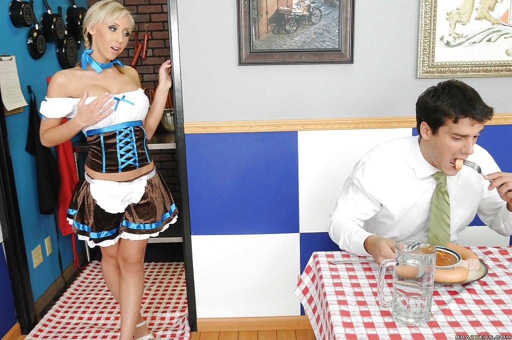 Официантка Джессика Линн перепихнулась с незнакомцем в кафе