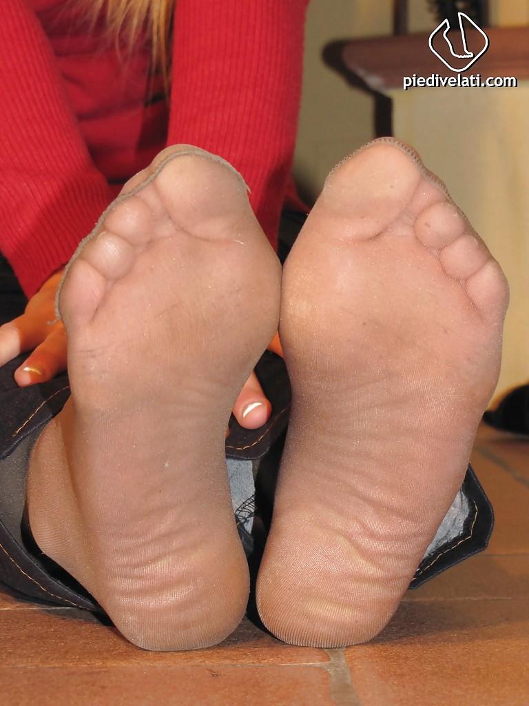 Чика оголяет ножки в джинсах и колготках