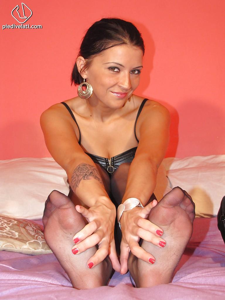 Футфетишистка снимает туфельки в постели