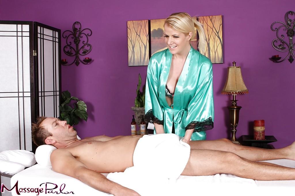 Мамка Anita Blue отдается клиенту после массажа