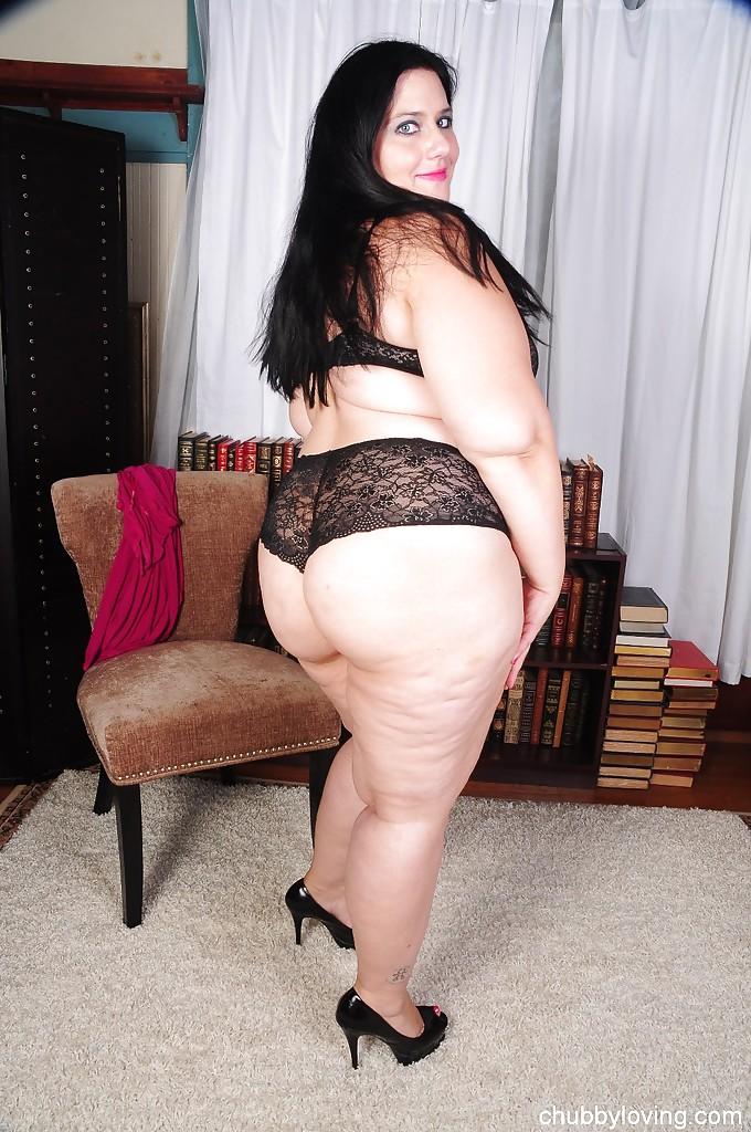 Жирная дама облизывает свою туфельку